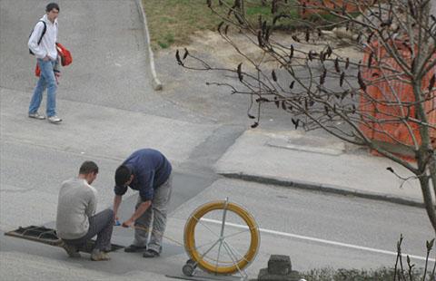Pridni fantje polagajo optični kabel